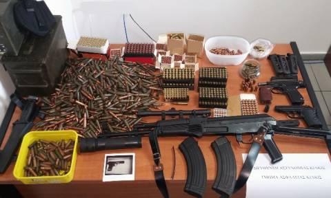 Καλάσνικοφ, πιστόλια και φυσίγγια η «προίκα» ενός 43χρονου