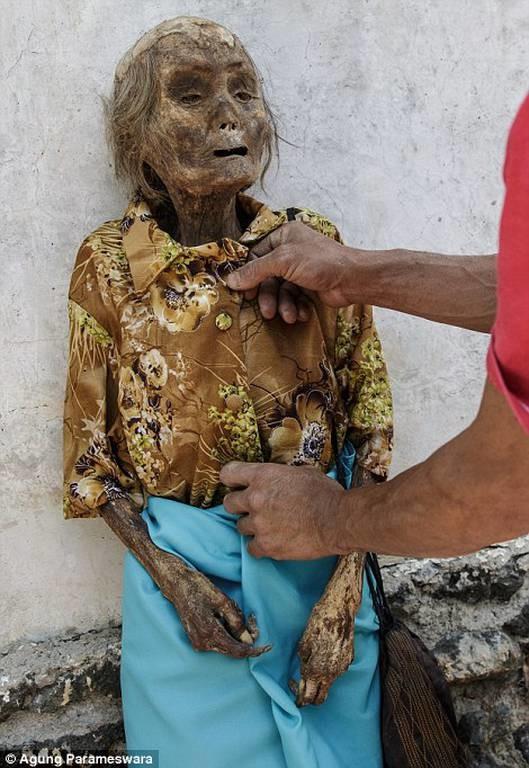 Ινδονησία: Ξεθάβουν τους νεκρούς και τους περιφέρουν στα χωριά (photos)