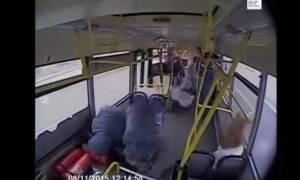 Σοκαριστικό βίντεο: Οδηγός αστικού λεωφορείου αποκοιμιέται στο τιμόνι