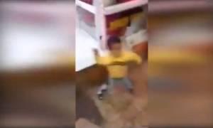 Βίντεο – σοκ: Τρίχρονο αγοράκι βγάζει μαχαίρι για «να χύσει αίμα»