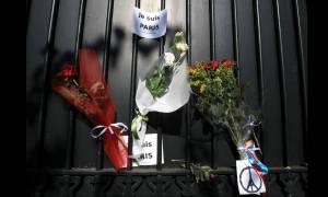 Λουλούδια έξω από τη Γαλλική πρεσβεία στην Αθήνα - Συγκέντρωση συμπαράστασης στις 20:00