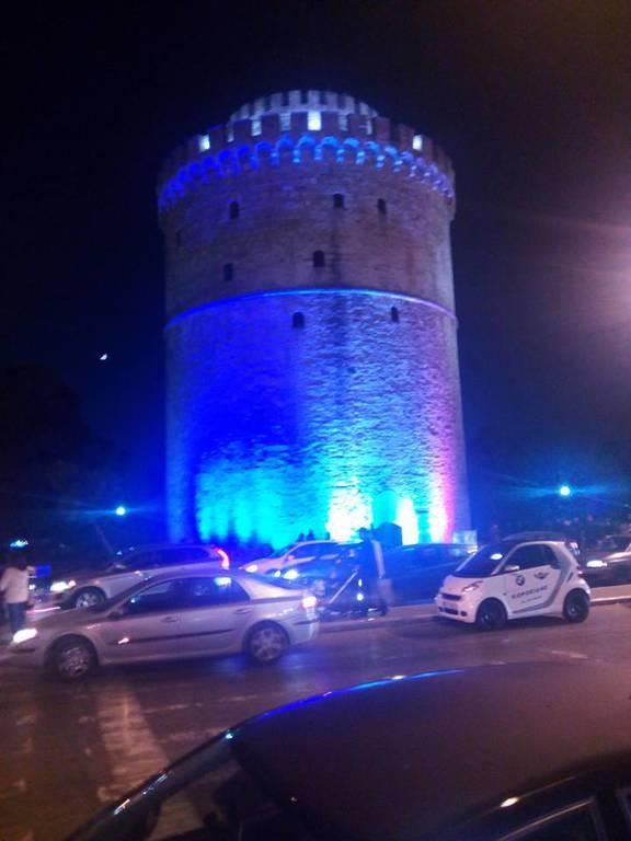 Στα χρώματα της γαλλικής σημαίας φωταγωγήθηκε ο Λευκός Πύργος (pics)