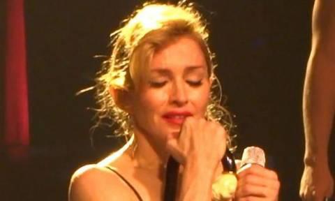 Επίθεση Παρίσι: Τα δάκρυα της Μαντόνα για τα θύματα (vid)