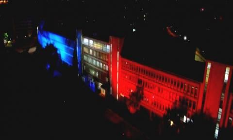 Στα χρώματα της γαλλικής σημαίας φωτίστηκε το Ραδιομέγαρο της ΕΡΤ (pics)