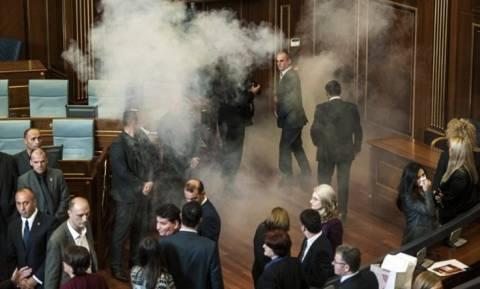 Κόσοβο: Δακρυγόνα και σπρέι πιπεριού στη Βουλή – Σοβαρά επεισόδια στην Πρίστινα (videos+photos)