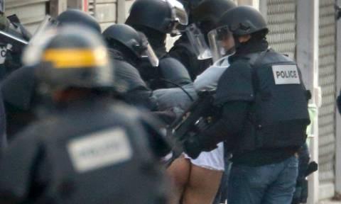 Παρίσι: Η σύλληψη του ημίγυμνου άνδρα στο Σεν Ντενί (video)