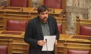 Χωρίς επιχειρήματα ο Ξανθός στη Βουλή για την καταστροφή της εγχώριας παραγωγής φαρμάκου (video)