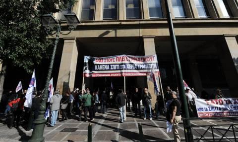 Πλειστηριασμοί: Μέλη του ΠΑΜΕ απέκλεισαν την είσοδο του υπουργείου Οικονομικών