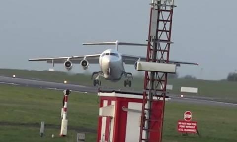 Τρόμος στον αέρα: Η δραματική προσγείωση αεροπλάνου (video)