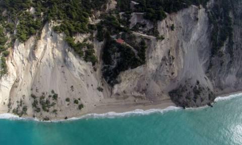 Οι εικόνες που σαρώνουν στο Διαδίκτυο – Η παραλία των Εγκρεμνών μετά το σεισμό (pics)