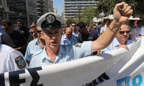Συγκέντρωση διαμαρτυρίας στην πλατεία Κλαυθμώνος πραγματοποιούν οι ένστολοι