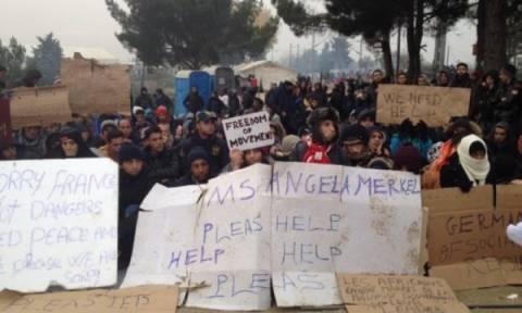 Ειδομένη: Εκατοντάδες εγκλωβισμένοι πρόσφυγες διαμαρτύρονται για τη στάση των Σκοπίων (video)