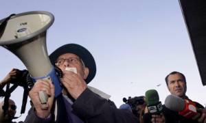 Νικάνωρ Aκόστα: Ένας παππούς διαδηλώνει ενάντια στις εξώσεις