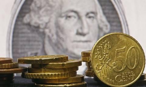 Το ευρώ υποχωρεί, το δολάριο ενισχύεται
