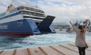 Σύρος: Αποχαιρετούν το πλοίο...με πετσέτες! (βίντεο)