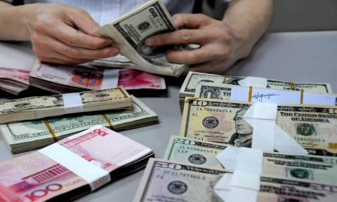 Προς χαμηλό επταμήνου έναντι του δολαρίου το ευρώ