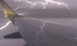 Τρόμος στον αέρα: Κεραυνός χτυπά αεροπλάνο εν πτήσει! (video)
