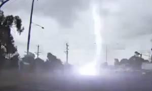 Το βίντεο που κάνει θραύση στο Διαδίκτυο: Κεραυνός ανοίγει τρύπα στην άσφαλτο