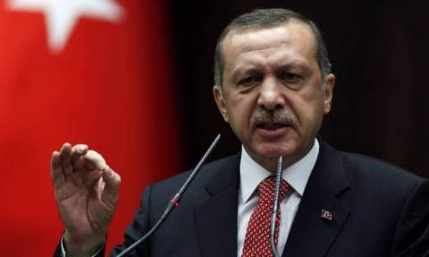 Άφησαν έξω από την τουρκική πρεσβεία φέρετρο με ομοίωμα του Ερντογάν