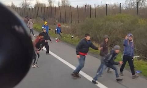 Οδηγός επιχειρεί να χτυπήσει με φορτηγό πρόσφυγες στο Καλαί (video)