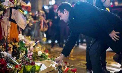 Γαλλία: Ένα λευκό τριαντάφυλλο άφησε ο Αλέξης Τσίπρας στο θέατρο Μπατακλάν