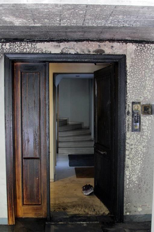 Εικόνες από την εμπρηστική επίθεση στο σπίτι του Κώστα Λαλιώτη