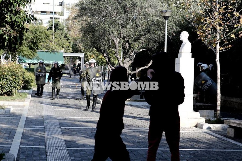 Γρηγορόπουλος: Πετροπόλεμος στα Προπύλαια (photos)