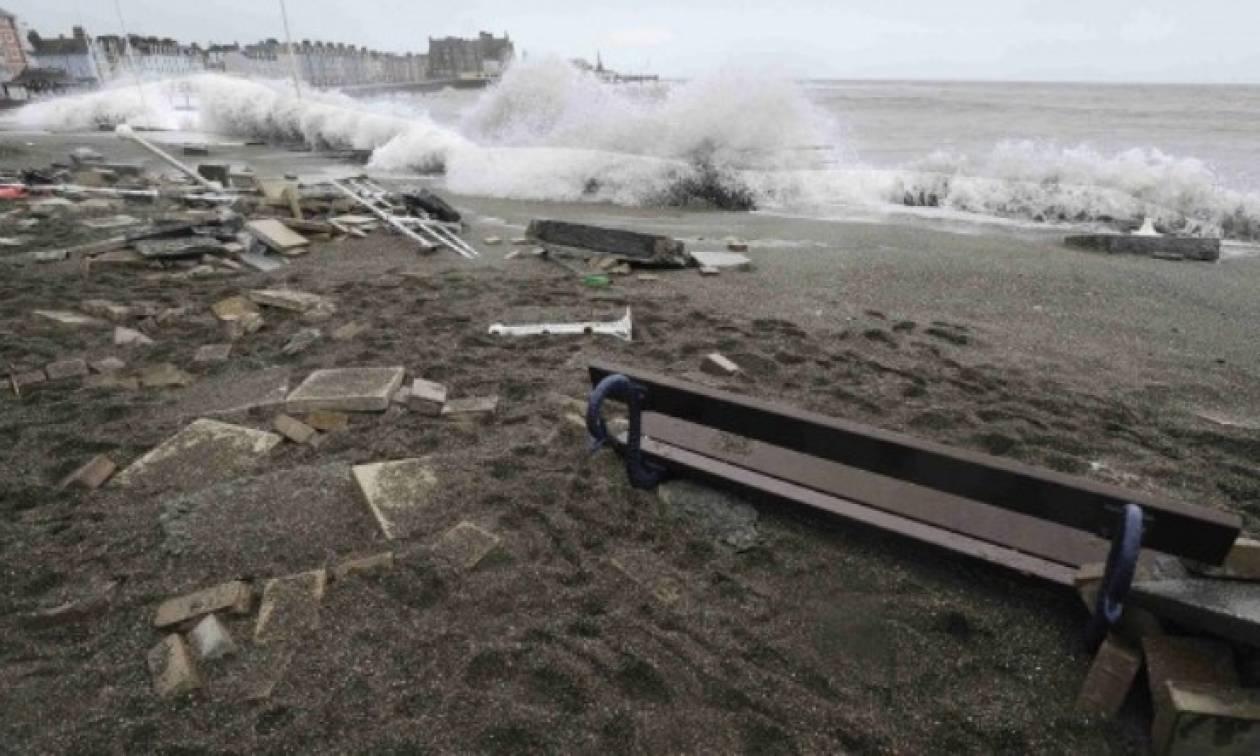 Μεγάλες καταστροφές από την κακοκαιρία στη Βρετανία (video)