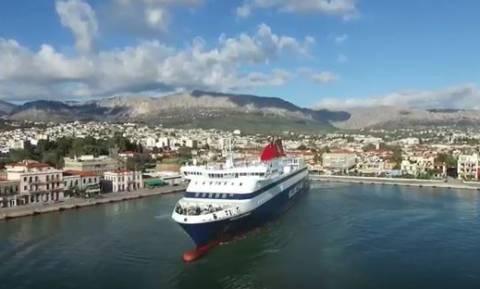 Οι μανούβρες ενός πλοιάρχου που εντυπωσιάζουν (video)