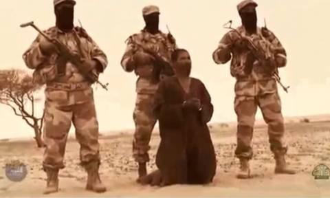 Σκληρές εικόνες: Παρακλάδι της αλ Κάιντα εκτελεί «κατάσκοπο» (video)
