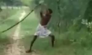 Ινδός σκότωσε βασιλική κόμπρα με τα γυμνά του χέρια (video)
