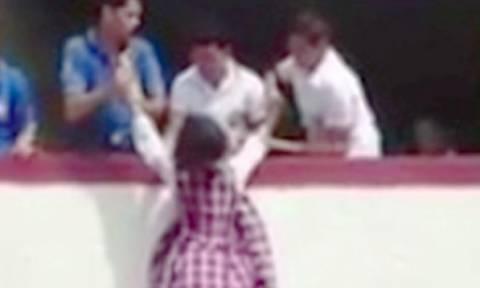 Σάλος με τη νέα φονική «τρέλα» στα σχολεία: Κρεμούν τους συμμαθητές τους από τα μπαλκόνια (video)