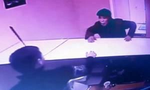 Βίντεο – σοκ: Του κάρφωσε μαχαίρι στο κεφάλι και δεν κατάλαβε τίποτα!