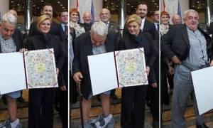 Του έπεσαν τα παντελόνια μπροστά στην πρόεδρο της Κροατίας! (video)
