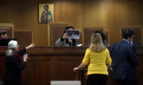 Δίκη Χ.Α.: Έντονοι διαξιφισμοί στην εξέταση αυτόπτη μάρτυρα της δολοφονίας Φύσσα - Έξαλλη η Πρόεδρος