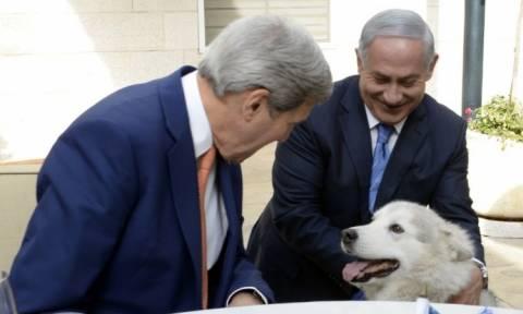 Ισραήλ: Η σκυλίτσα του Νετανιάχου δάγκωσε δύο πολιτικούς επισκέπτες
