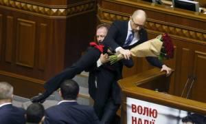 Ξύλο στην ουκρανική Βουλή: Κατέβασε σηκωτό τον πρωθυπουργό από το βήμα! (videos)