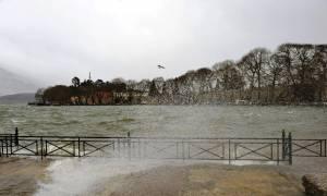 Σοκ στα Ιωάννινα: Έριξαν στην λίμνη έγκυο γυναίκα με σκοπό να αποβάλει!
