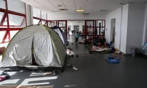 Άδειασε το Ελληνικό - Στο κλειστό του Τάε Κβον Ντο όλοι οι μετανάστες - Προσαγωγές μετά τα επεισόδια