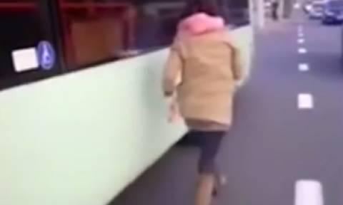 Το βίντεο που κάνει θραύση – Το κόλπο μιας λαθρεπιβάτισσας για να γλιτώσει το πρόστιμο!