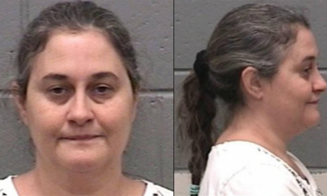 Φρίκη στις ΗΠΑ: 190 χρόνια φυλακή σε μητέρα που έβαζε την κόρη της να ζει με τις κότες