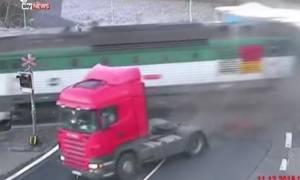 Τύχη… φορτηγό: Δείτε πώς γλίτωσε από τρένο και βέβαιο θάνατο! (video)
