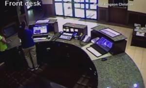 Κάμερα κατέγραψε οδηγό να εισβάλει με αυτοκίνητο σε ξενοδοχείο