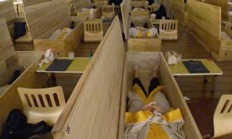 Ν. Κορέα: «Άγγελος του Θανάτου» κλείνει ζωντανούς ανθρώπους μέσα σε φέρετρα! (video+photos)