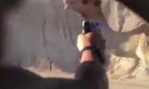 Στρατιώτες πυροβολούν και σκοτώνουν καμήλα... για πλάκα! (σκληρό βίντεο)