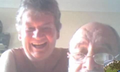 Μιλούσε με τους γονείς του στο Skype και ξαφνικά... πήδηξε από το αεροπλάνο (video)