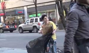 Ένα παιδί άστεγο παγώνει στο δρόμο. Πόσοι το βοήθησαν; (video)