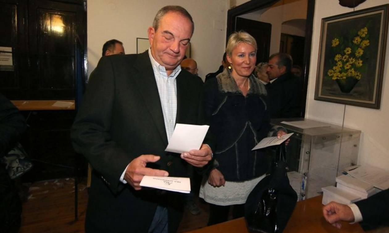 Εκλογές ΝΔ: Με τη σύζυγο στο πλευρό του ψήφισε ο Κώστας Καραμανλής