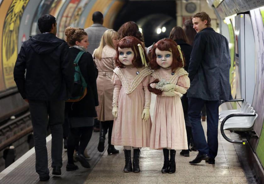 Ανατριχιαστικές δίδυμες κούκλες τρομοκρατούν τους πολίτες στο Μετρό (video+photos)