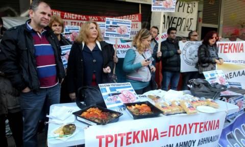 Διαμαρτυρία με... γεμιστά έξω από το υπουργείο Εργασίας